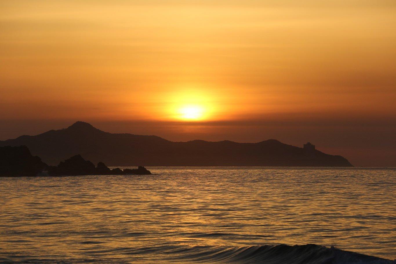 Puesta del sol en la playa de Majon cerca de la ciudad de Hamhung en Corea del Norte. Viaje organizado por KTG Tours