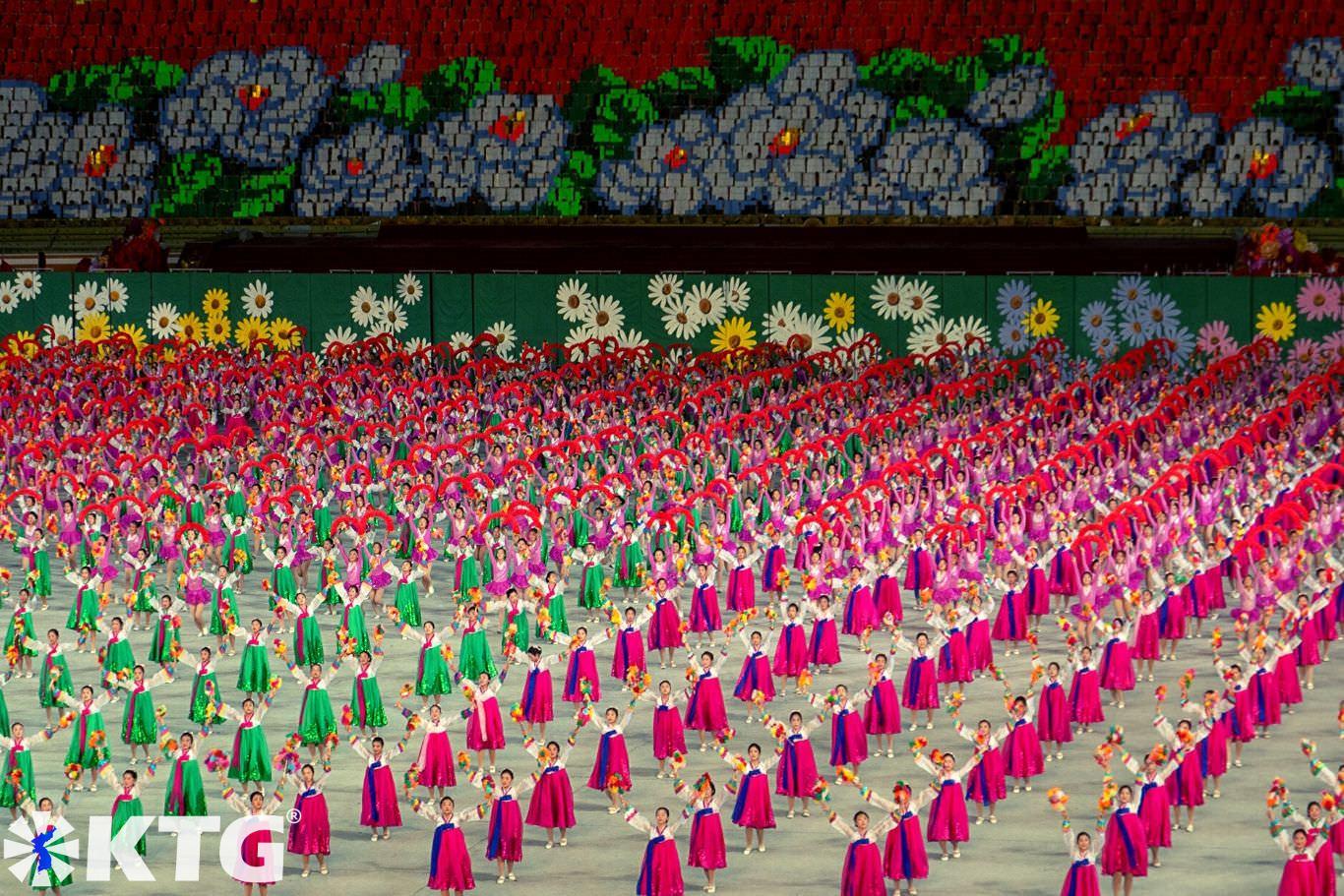 Femmes nord-coréennes se produisant aux Jeux de masse au stade du 1er mai, août 2019, à Pyongyang, Corée du Nord (RPDC). Voyage organisé par KTG Tours
