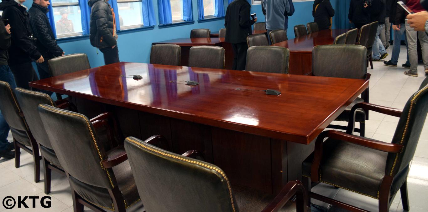 La línea del micrófono marca la frontera entre Corea del Norte y Corea del Sur. Esto está en las sala de negociación azules en Panmunjom en la DMZ. Si está interesado en visitar Panmunjom desde Corea del Norte, ¡no dude en contactar a KTG Tours!