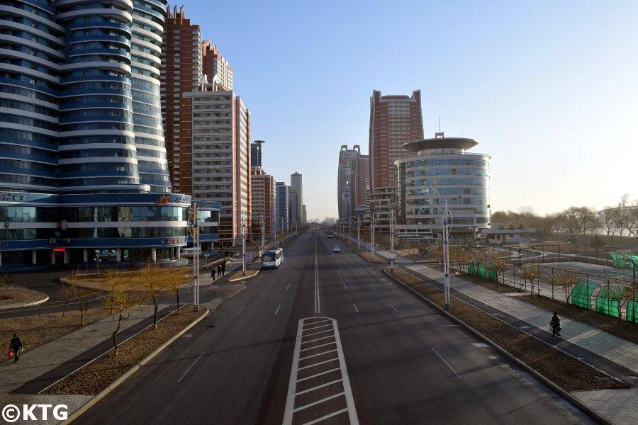 La Calle Mirae, también conocida como la calle de los futuros científicos en Pyongyang, la capital de Corea del Norte. Los científicos y profesores de la RPDC viven aquí en los apartamentos. Viaje organizado por KTG Tours