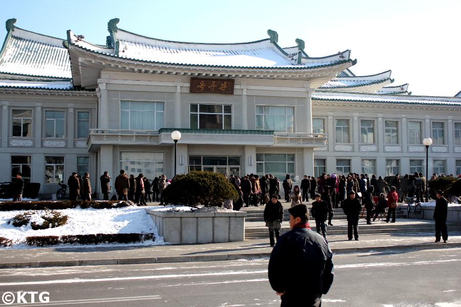 Norcoreanos haciendo cola frente al Okryu gwan, el restaurante Okryu en Pyongyang, conocido por tener los mejores fideos fríos de Pyongyang en Corea del Norte y en todo el mundo. Fotografía realizada por KTG Tours
