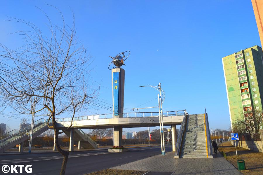 Paso elevado en la calle Mirae Future Scientists en Pyongyang, capital de Corea del Norte, RPDC. Fotografía tomada en el paso elevado de Mirae por KTG Tours