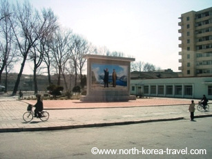 Imagen de Kim Il Sung y Kim Jong Il en Kaesong