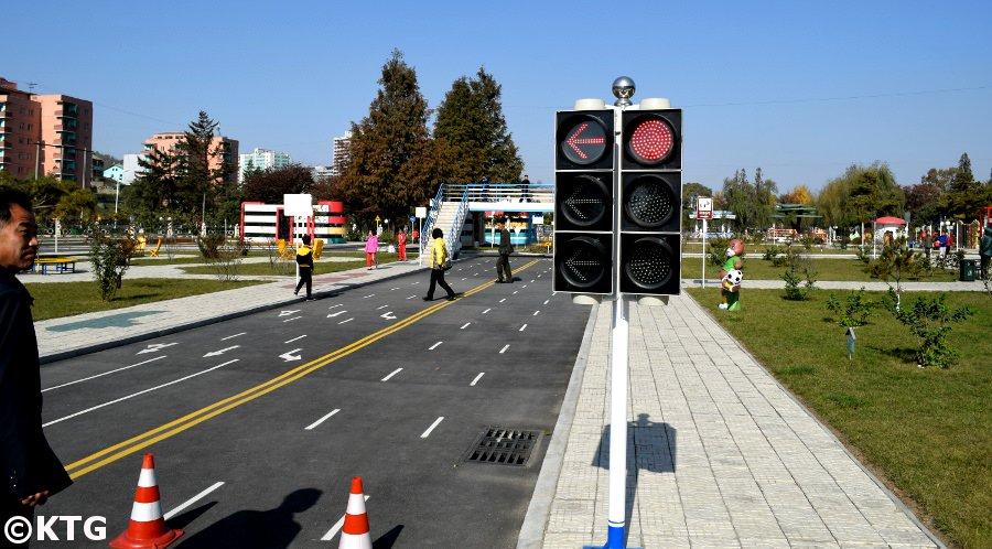 Feux de circulation au parc de la circulation des enfants de Pyongyang, Corée du Nord (RPDC)