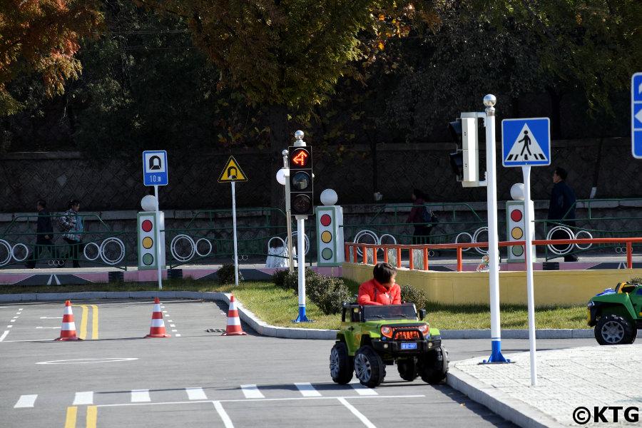 SUV au parc de la circulation pour enfants de Pyongyang, Corée du Nord (RPDC)