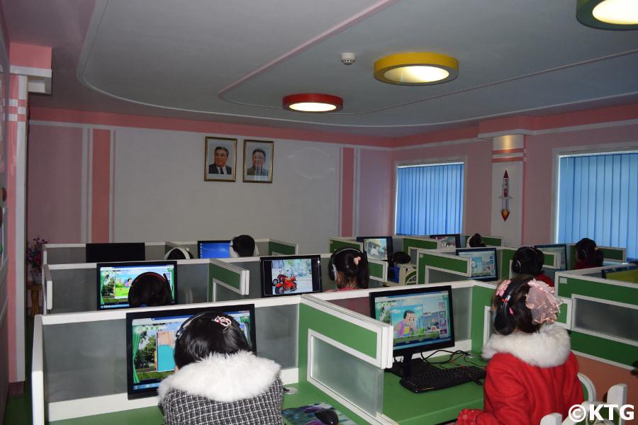 Enfants ayant une leçon à la salle informatique du parc de la circulation des enfants de Pyongyang, Corée du Nord (RPDC)