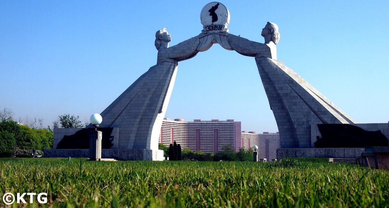 Foto a raz de suelo del Monumento a las Tres Cartas para la Reunificación Nacional, también conocido como Arco de la Reunificación, Pyongyang, capital de Corea del Norte