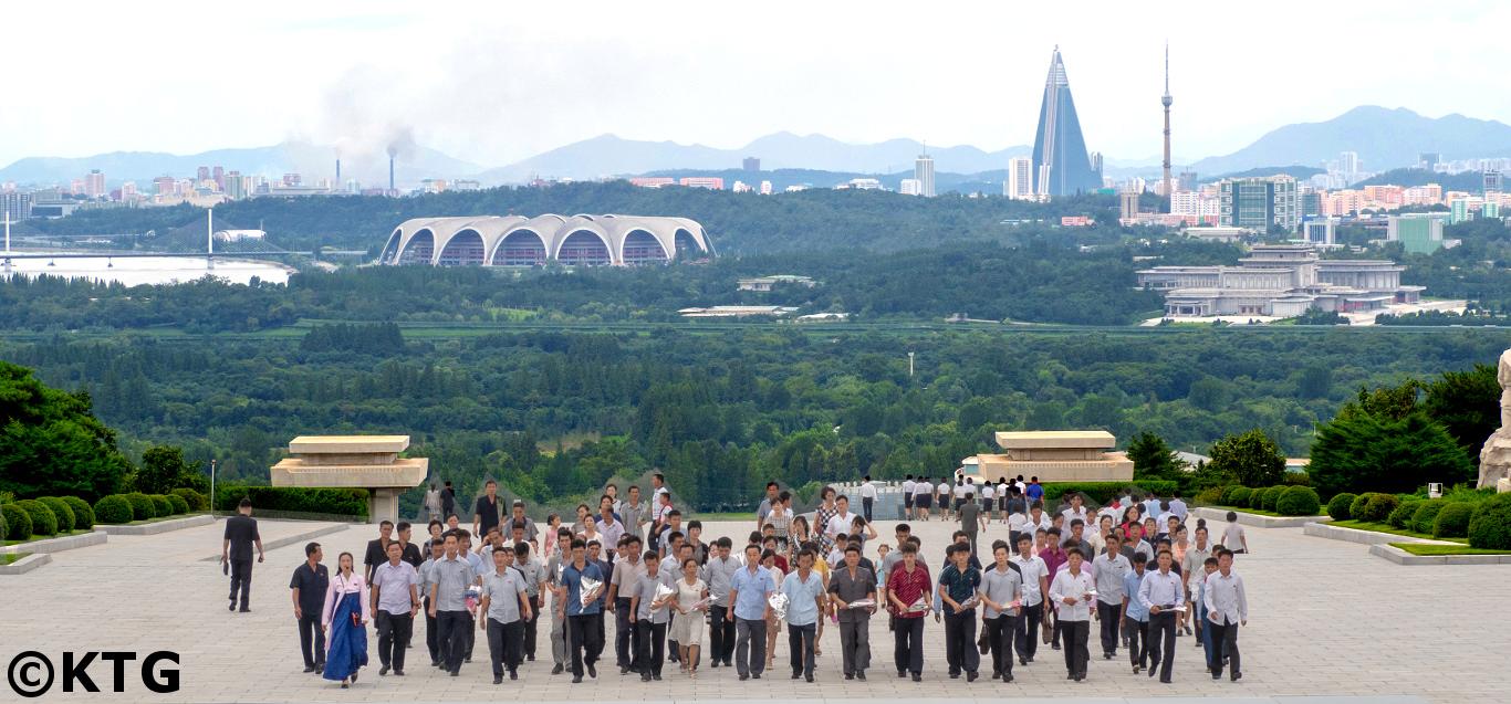 Vistas desde el Cementerio de los Mártires Revolucionarios en Pyongyang. Se puede ver el Palacio Kumsusan, el estadio Rungrado (Primero de Mayo / May Day Stadium en inglés) y el Hotel Ryugyong