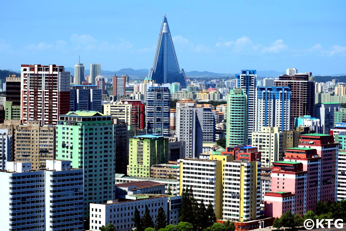Fierté de la RPDC. L'hôtel Ryugyong se distingue sur la ligne d'horizon de Pyongyang. Photo prise par KTG Tours