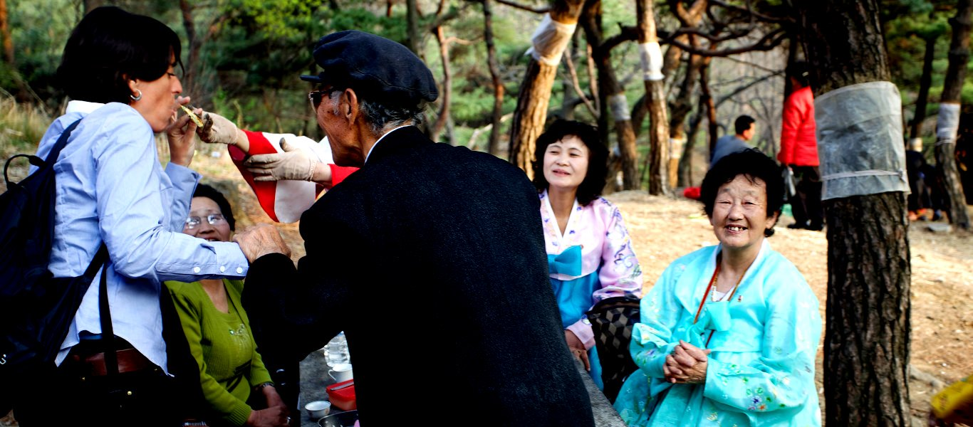 Picknick i en park i Pyongyang med nordkoreanerna på Födelsedag av Kim Il Sung