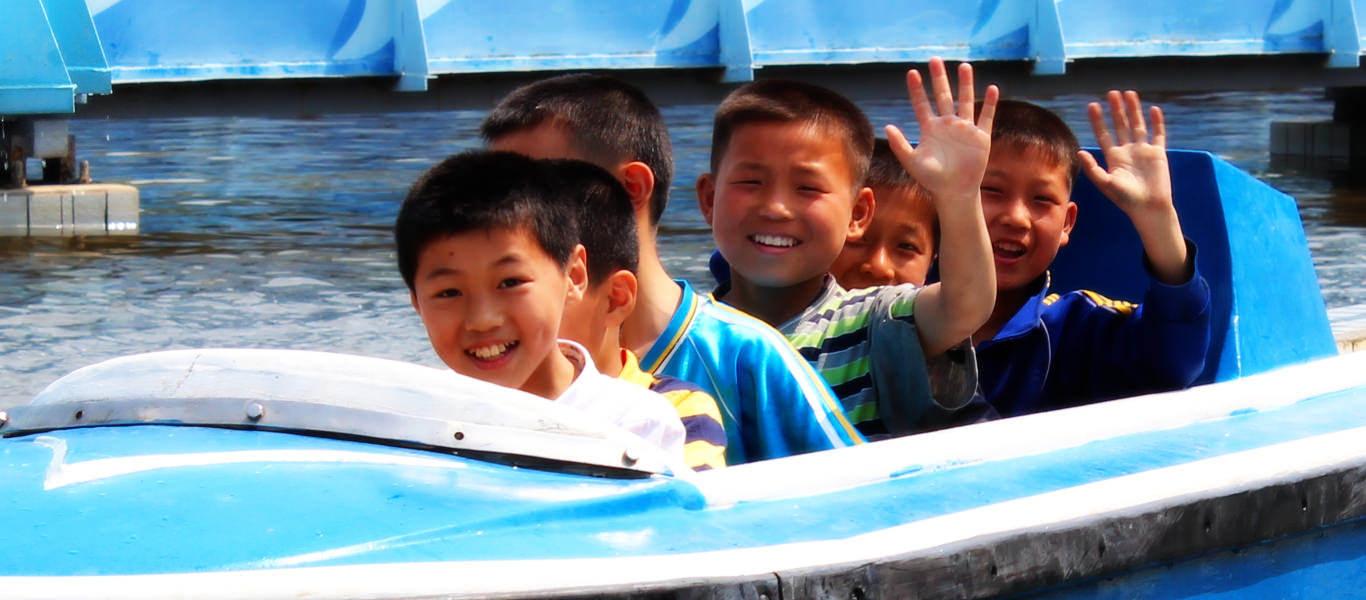 Северокорейские дети в парке аттракционов