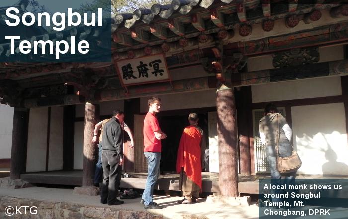 Monje norcoreano nos guía por una de las partes del templo Songbul en Sariwon, Corea del Norte (RPDC)