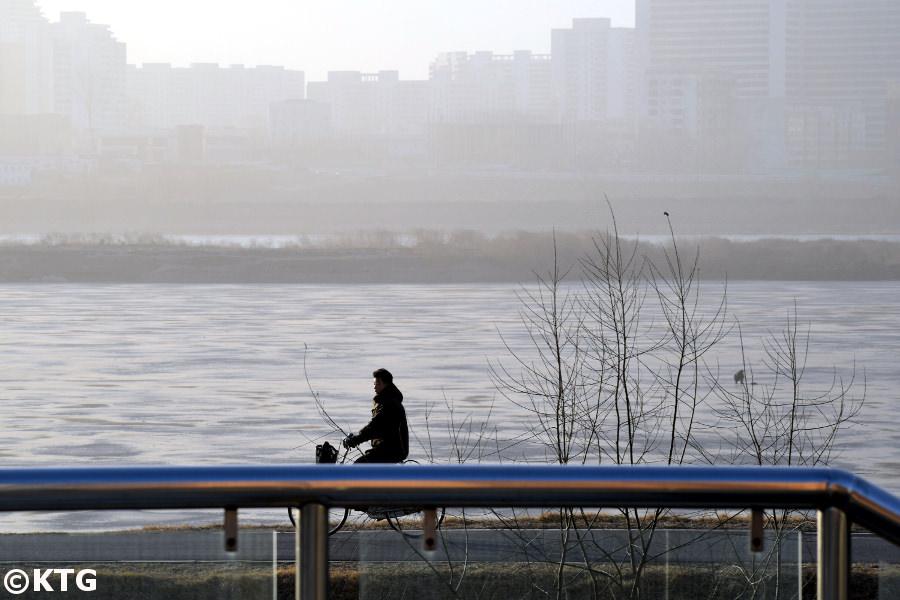 Vistas de la orilla occidental del río Taedong desde el paso elevado de la calle de los científicos de Mirae