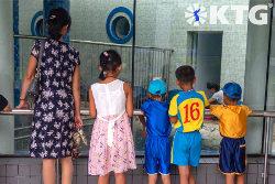 Familia en el zoológico de Pyongyang en Corea del Norte