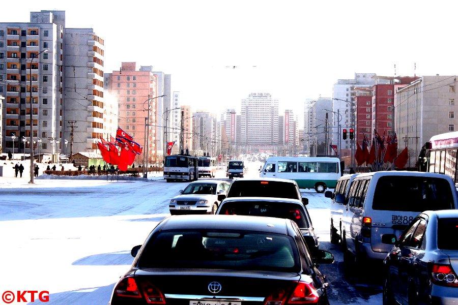 Trafic à Pyongyang, capitale de la Corée du Nord, RPDC, fin décembre 2012. Photo prise par KTG Tours