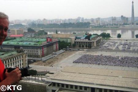 Vues de la Place Kim Il Sung à Pyongyang dès  la Grande Maison dès études du Peuple en Corée du Nord