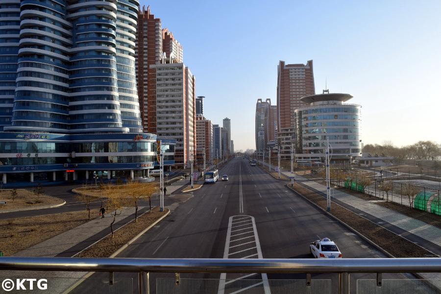Vistas de la calle Mirae de los Científicos en Pyongyang, capital de Corea del Norte, RPDC. Fotografía tomada en el paso elevado de Mirae por KTG Tours