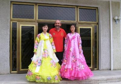 Chicas vestidas con trajes típicos de Korean en el Museo de Koryo