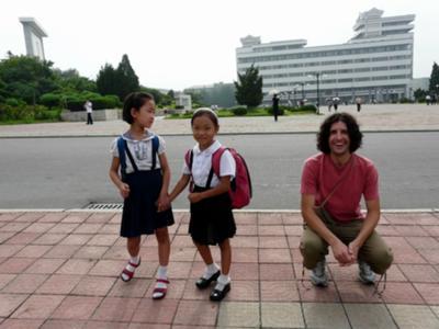 Posando junto a unas niñas norcoreanas